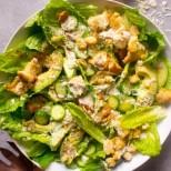 Гениалността е в простичките неща - изумително вкусна салата Цезар с краставички и домашни крутони: