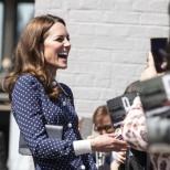 Кейт зарадва всички мъжки погледи с прелестите, които разкри вятъра под роклята й (снимки)