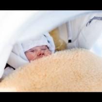 Когато отвори вратата, тя видя бебе пред и бележка върху него-Грижи се за сина си!