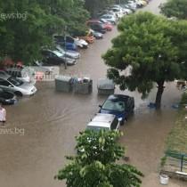 Отново воден апокалипсис в Пловдив! Водата е до фаровете на колите