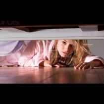 Тя се скри под кревата, за да разбере дали той ѝ е верен, и търпеливо зачака: