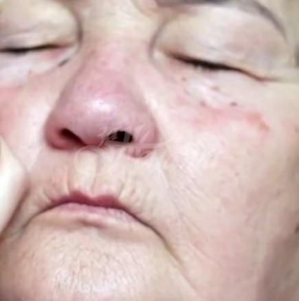 Гримьорка преобрази баба си, като свали поне 10 от годините ѝ и ѝ даде красота и самочувствие
