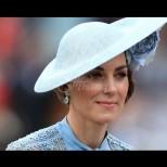 Кейт е по-прекрасна и елегантна от всякога - нежно синята ѝ рокля с шапка обра точките (Снимки):