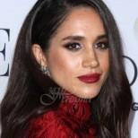 Защо на Меган ѝ е позволено да носи червено и да нарушава кралските правила, а на Кейт - не: