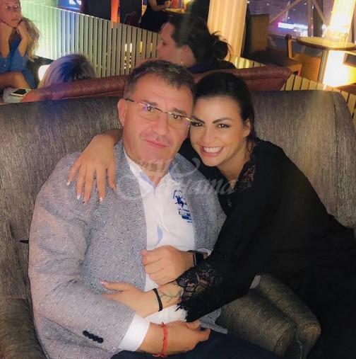 Деси Цонева показа красивия си годежен пръстен с диамант - ето кога става булка (Снимка)::
