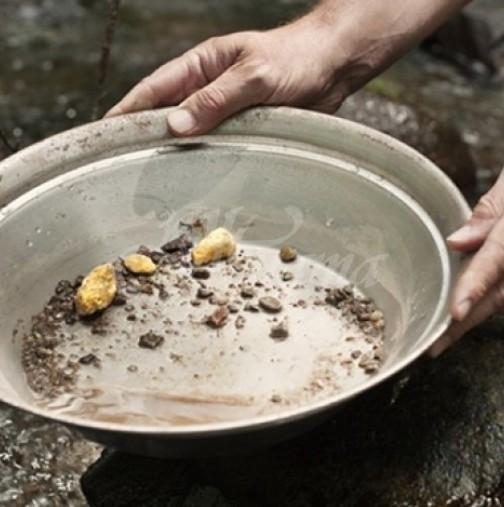 Десетки се втурнаха към българска река да събират злато