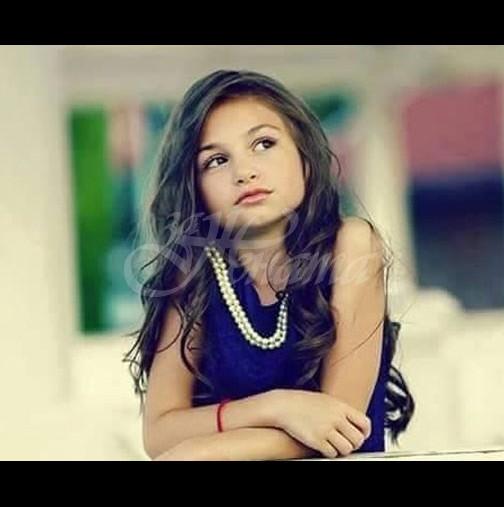 Помните ли сладката малка Крисия? Днес е коренно различна, направо няма да я познаете (Снимки):