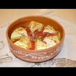 Бучка сирене, 1 домат, малко масло и пъхаш в гювечето. След 15 минути вече обираш дъното с хлябче!