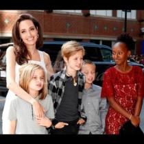 Перфектна, ама друг път! Анджелина била пълен провал като майка, извадиха всичките ѝ кирливи ризи: