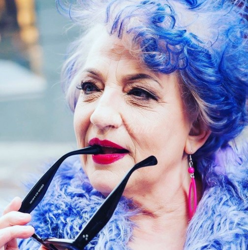 80-годишна жена със синя коса седеше срещу нотариуса и му казваше да напише най-странното завещание