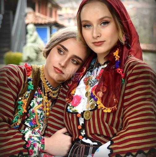 """Наричат ги """"диамантите на Родопите"""" - две приказно красиви сестри показаха каква е истинската българка:"""