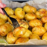 Млади печени картофи със златиста коричка - бърза рецепта