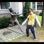 Смешни снимки на деца със статуи - забавни и креативни: