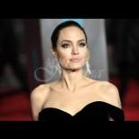 Анджелина се завърна по-красива от всякога - крака до небето и талия на оса (Снимки):