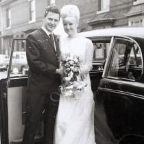 След 50 години брак, те обличат старите си сватбени рокли и осъзнават, че все още са във форма