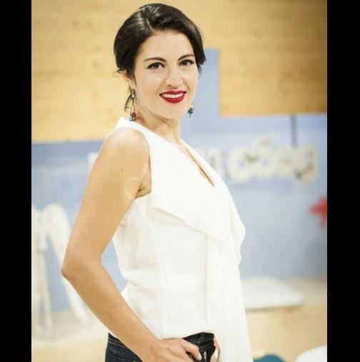 Деси Стоянова яхна метлата навръх рождения си ден - водещата без капка грим събра погледите на плажа (Снимки):