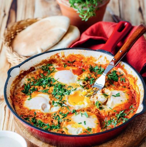 Бабината лятна топеница е любима и за обяд, и за вечеря - взимаш топло хлябче и не спираш, докато не отопиш тигана: