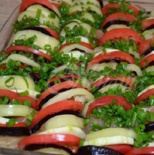 Парче домат, после тиквичка, месце и повтаряш- бързо и лесно, топи се в устата