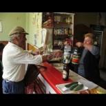Тайнствена жена редовно плаща вересиите на цяло село старци - коя е благодетелката?