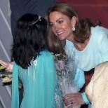 Кейт пак събра всички погледи с прелестната си синя рокля (снимки)