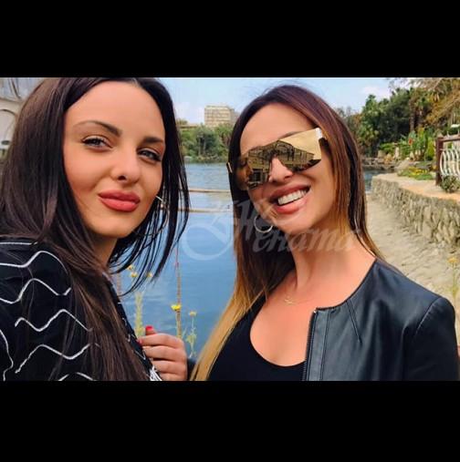 Глория и дъщеря ѝ отпразнуваха рожден ден в слънчева Гърция - двете пръскаха красота с пълни шепи, като две капки вода са (Снимки):