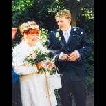 Помните ли тази двойка? Когато се ожениха, тя бе на 51, той - на 18. Ето как изглеждат днес влюбените (Снимки):