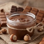 С тази рецепта се върнах в детството си, когато мама ни правеше такъв: ТОПЪЛ ТЕЧЕН ШОКОЛАД! Плътен вкус и наситен какаов аромат!