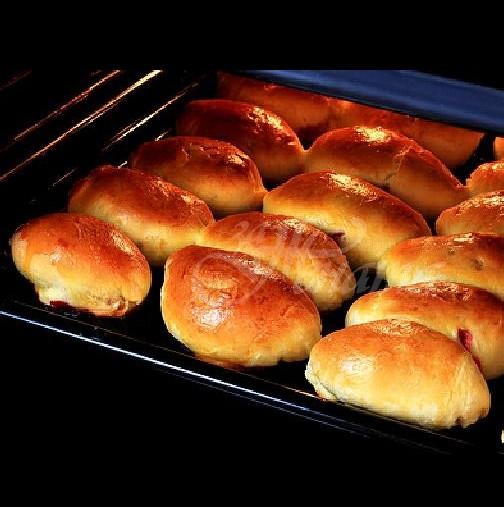 Бабините пирожки: Стават за 15 минути, пълниш с каквото има в хладилника и печеш! Отвън хрупкат, вътре са като пухче!