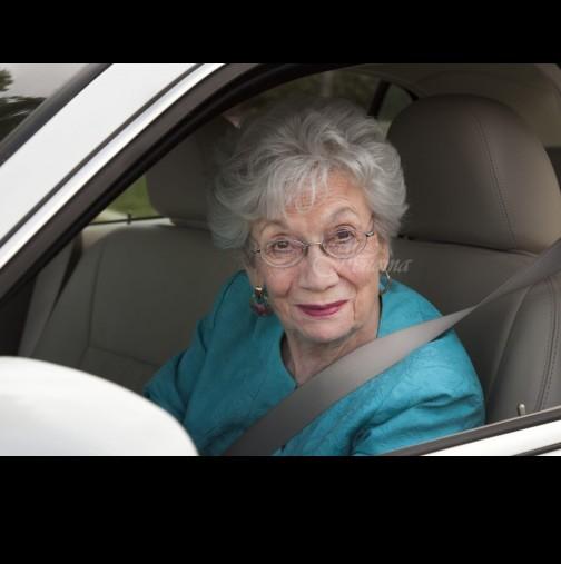 Непознат мъж помогна на закъсала възрастна жена да смени гумата си! Едва вечерта разбра какво всъщност се е случило