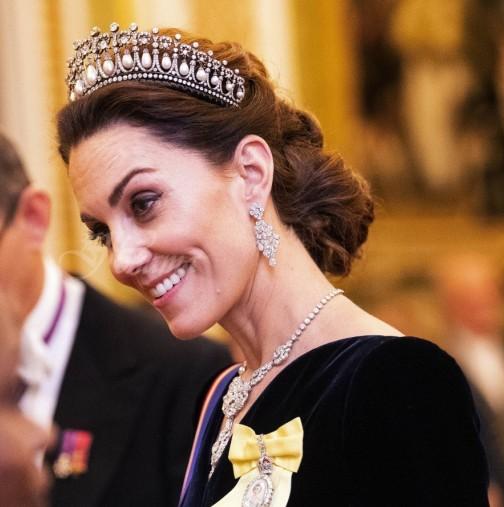 Диаманти и синьо кадифе - Кейт смая с аристократизъм и осанка. Като същинска кралица (Снимки):
