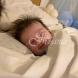 Това бебе се усмихва в съня си, но историята на 17-годишната майка е покъртителна и няма щастлив край