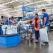 Непозната плати сметките на клиентите в хипермаркет
