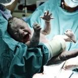 Лекари спасиха 18-годишна родилка и бебето ѝ в навечерието на Рождество