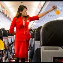 Защо стюардесите държат ръцете си зад гърба, докато самолетът извършва кацане