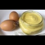 Върхът на домашната майонеза се прави с цяло яйце - копринено нежна, не толкова тежка и леко пикантна: