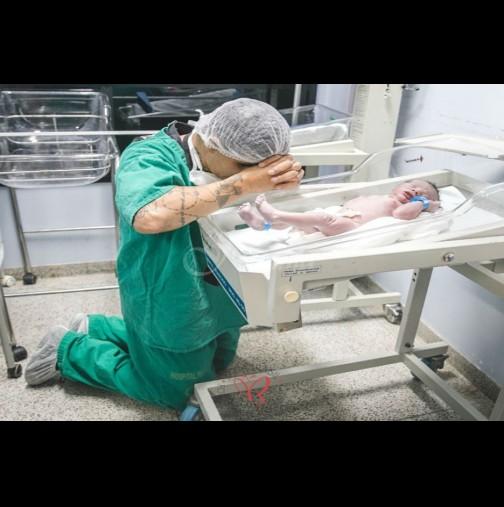 Снимка на баща, който се моли над новородения си син предизвика сензация!