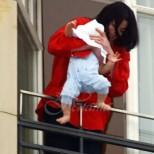 10 години по-късно-Ето как изглежда най-малкият син на Майкъл Джексън, когото той едва не изпусна през терасата