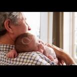 Снимката, която разплака милиони: дядо се запозна с внучето си през прозореца (Снимка):