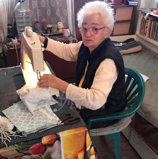 Баба Златка на 80 години шие безплатно маски и ги дарява на хората! Адмирации!