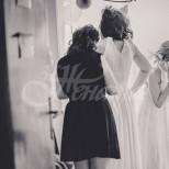 Булка избяга от сватбата си, след като непозната ѝ показа снимки