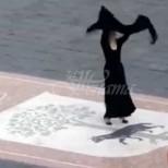 Танцът на привлекателна италианка срещу коронавируса превзе света-Видео