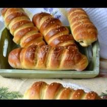Домашни гъсенички с кренвирши от тесто със сметана - нежни като пух и адски вкусни: