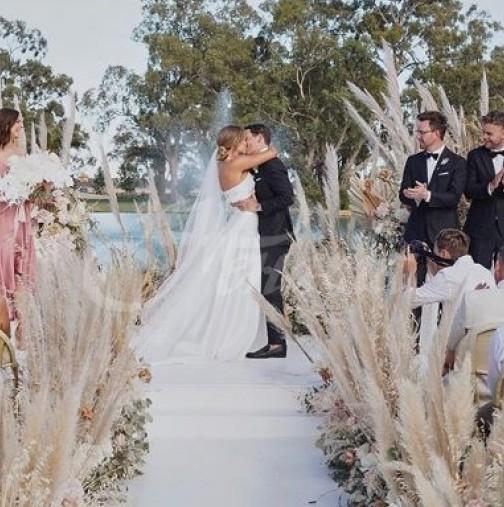 Булка взриви интернет с рокля на свтбата си-Снимки