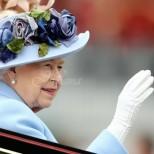Защо кралицата не се разделя с ръкавиците си, дори в Бъкингамския дворец