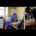 Ана Петрова седеше на пейка и горчиво плачеше. Днес тя навърши 70 години, но никое от децата не дойде при нея-Ето какво се случи!