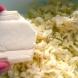 Винаги преди да стържа сирене и кашкавал намазвам рендето и работата става за нула време без залепване