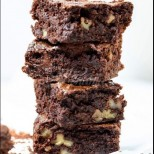 Божествен шоколадов сладкиш с орехи - сочен блат, хрупкави ядки и неземен вкусов екстаз: