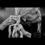Така изглежда днес жената, която не е мила и подстригвала косата си от 64 години (Снимки):