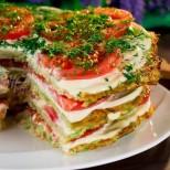 Ред тиквички, редче доматки, редче кашкавал и солената торта е готова