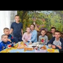 Момиче на 20 години напуска училище, за да се грижи за братята и сестрите си